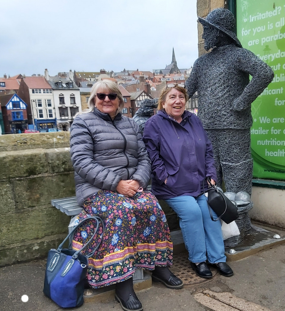 Look who i saw in Whitby today? Me and Ange, it was fffffffreezing lol...we warmed up with hot tea, fish, chips and mushy peas...mmm