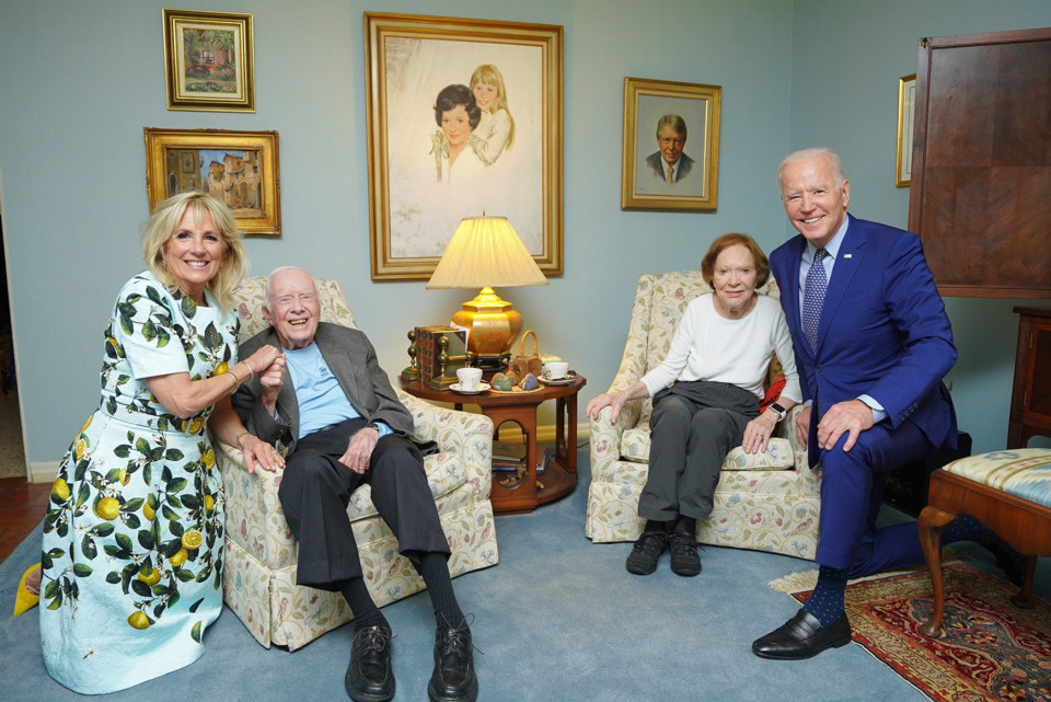 The Carter's & The Biden's.What is going on with this photo? A weird perspective thing? This was posted on the official Carter Center Twitter feed.